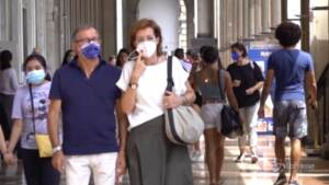 L'obbligo di mascherina non c'è più, ma i milanesi continuano a indossarla