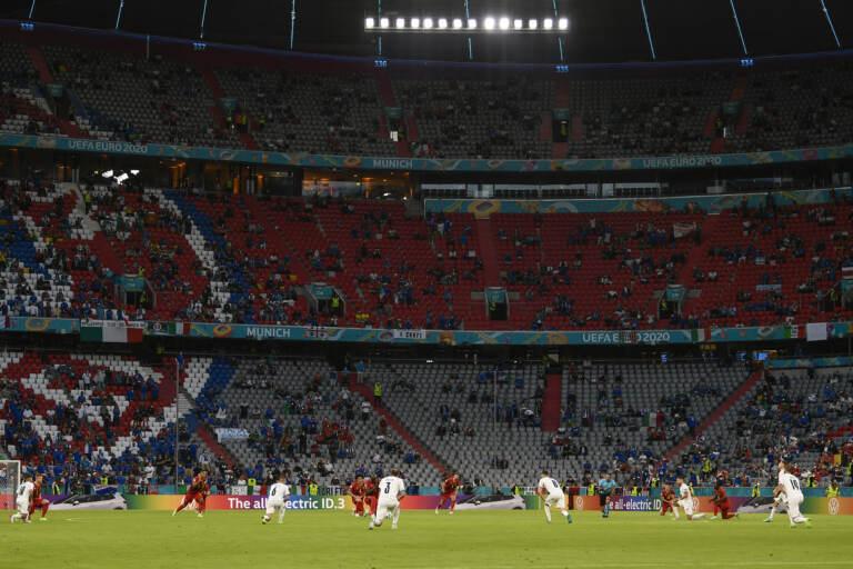 Euro 2020, Belgio-Italia: i giocatori in ginocchio contro il razzismo