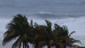 Uragano Elsa sferza Saint Vincent, case scoperchiate e alberi abbattuti
