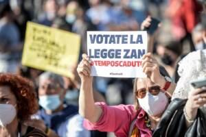 Milano, grande manifestazione per il Ddl Zan contro l'odio omotransfobico