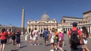 """Ricovero di Papa Francesco, la preghiera da piazza San Pietro: """"Ritorna presto"""""""