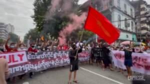 Myanmar: un altro colorato flash mob antigovernativo a Yangon