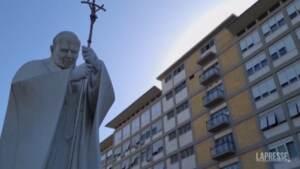 """Papa, i fedeli al Gemelli: """"Sarebbe bello vederlo anche qui"""""""