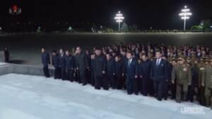 Nord Corea, Kim Jong Un torna in pubblico: visita al mausoleo del nonno