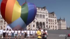 Ungheria, il flash mob contro la legge anti-Lgbt: un grande cuore arcobaleno davanti al Parlamento