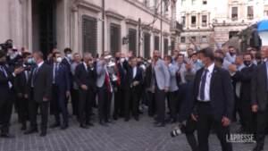 """Draghi e gli azzurri fuori da Palazzo Chigi: """"I campioni dell'Europa siamo noi"""""""