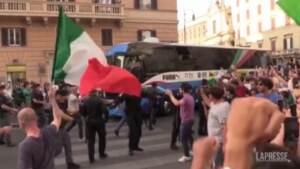Euro 2020, folla festante segue il pullman della nazionale fino a Palazzo Chigi