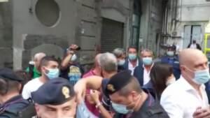 """Napoli, disoccupati contestano Matteo Renzi: """"La rovina dell'Italia siete voi"""""""