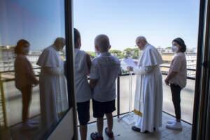 Papa Francesco, ancora qualche giorno in ospedale