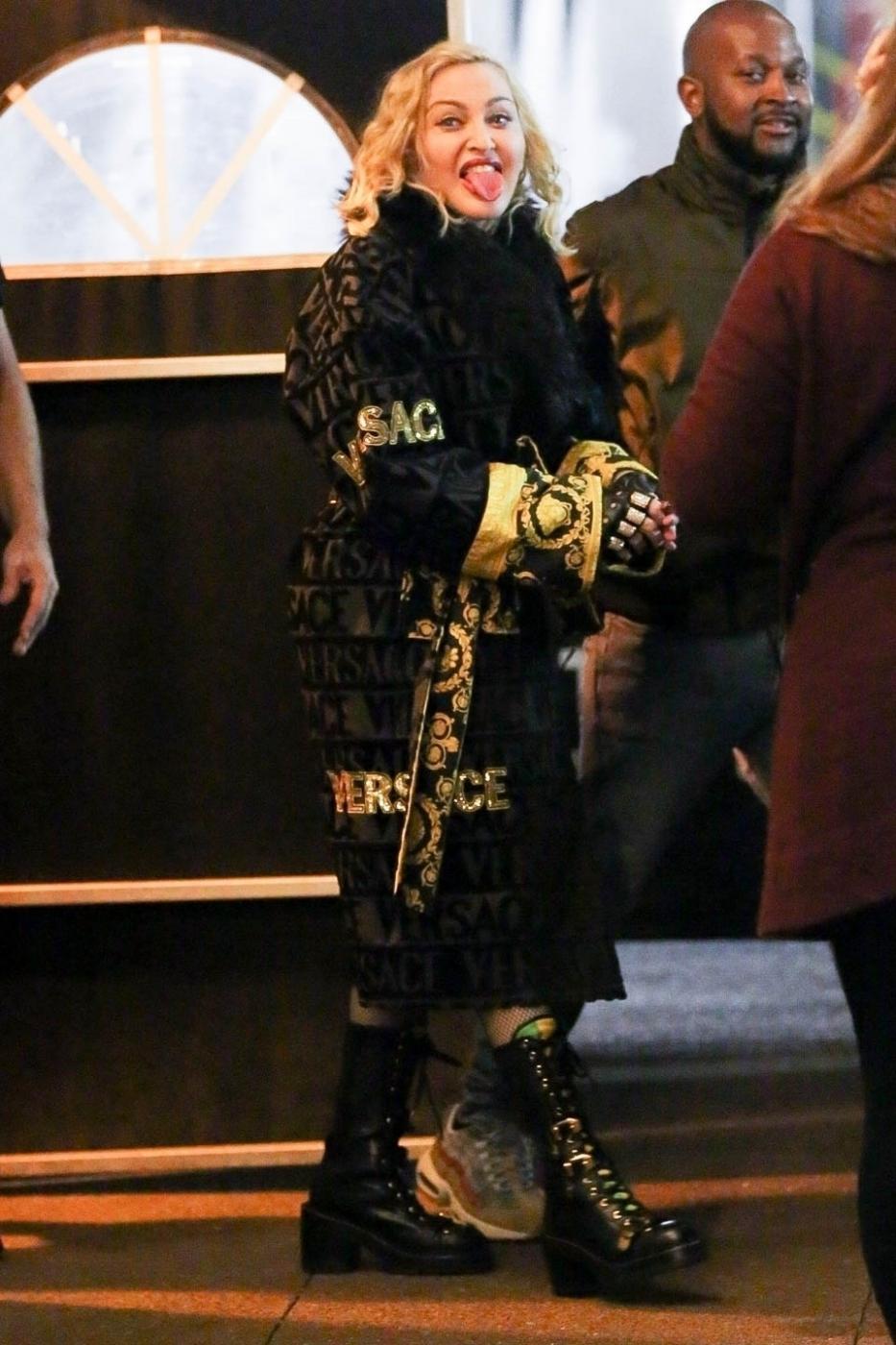 Madonna fa la linguaccia ai fotografi