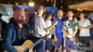 Festa azzurri, la squadra canta 'Notti magiche' con Sangiorgi