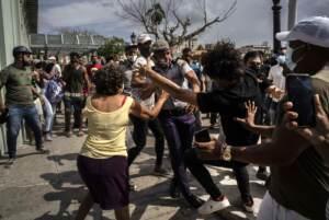 Cuba, un morto nelle proteste. Biden sotto pressione