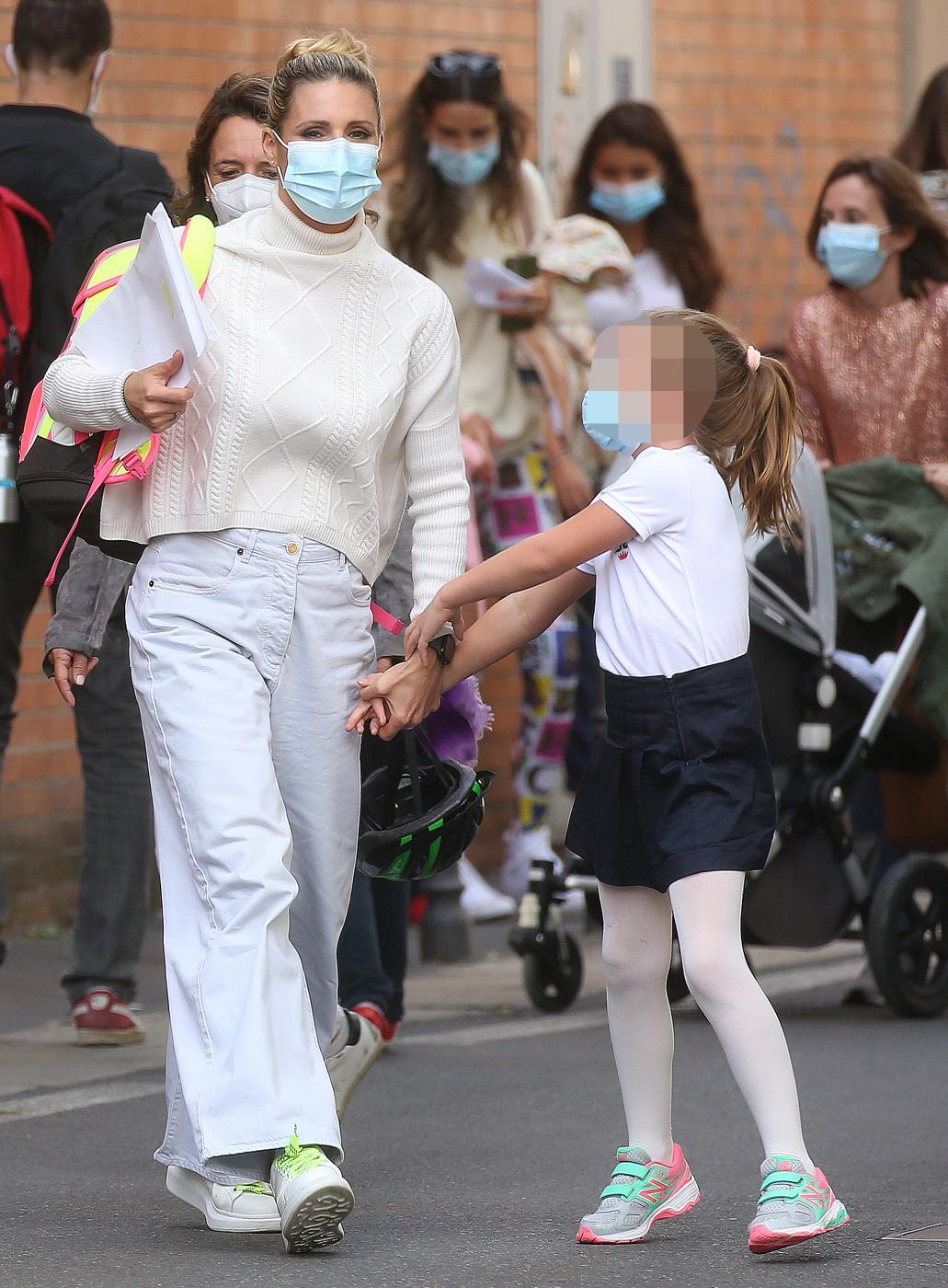 Michelle Hunziker va a prendere la figlia Sole a scuola