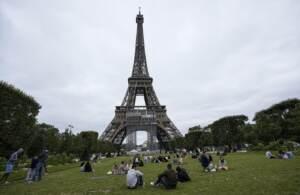 Parigi, la Tour Eiffel riapre al pubblico dopo otto mesi e mezzo