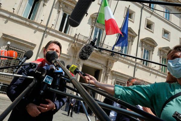 Giuseppe Conte davanti a Palazzo Chigi dopo l'incontro con il Presidente Mario Draghi