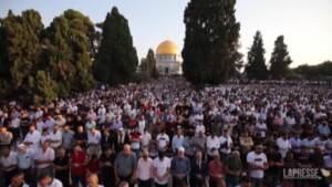 Gerusalemme, migliaia di fedeli in preghiera alla moschea di Al-Aqsa per la Festa del Sacrificio