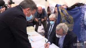 MAtteo renzi firma per il referendum giustizia