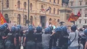 G20 Napoli, palloncini d'acqua contro la polizia al corteo degli antagonisti