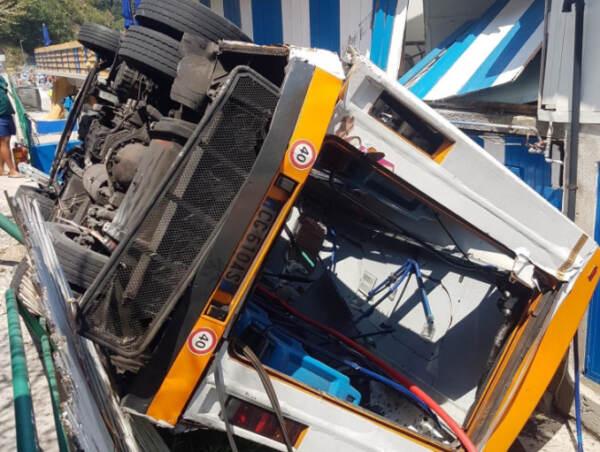 Capri, precipita bus: morto l'autista, oltre 20 feriti. Ipotesi malore al volante