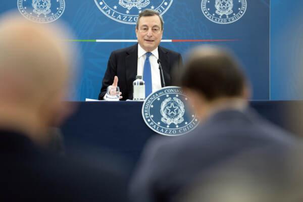 """Covid, Draghi: """"Invito tutti gli italiani a vaccinarsi"""". Varato dal Cdm il decreto con il Green Pass"""