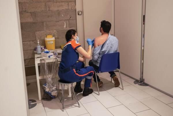 Francia, un milione di vaccini prenotati dopo il discorso del presidente Macron