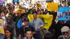 Cile, centinaia di no-vax scendono in piazza a Santiago