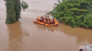 India, migliaia di persone isolate e almeno 100 morti per le alluvioni