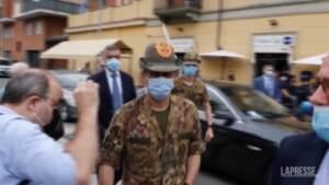 """Vaccini, Figliuolo contestato a Torino: """"Giù le mani dai bambini"""""""