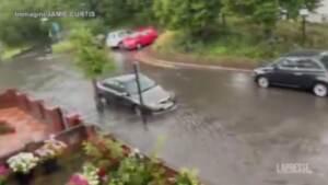 Londra, inondazioni dopo le forti piogge: auto sott'acqua