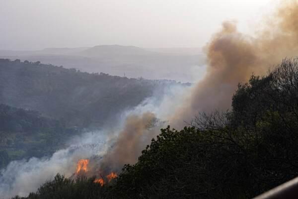 Incendio in Sardegna, vasto rogo nell'Oristanese