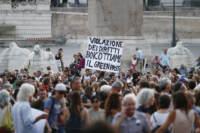 Roma, manifestazione serale contro il Green Pass con la partecipazione dei rappresentanti della Lega