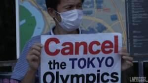 Tokyo, protesta contro i Giochi Olimpici davanti alla residenza del premier Suga