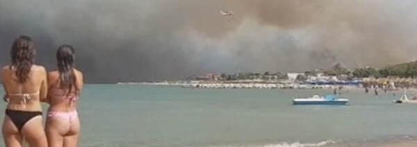 Incendi, brucia Pescara: scuola in fiamme e bagnanti in fuga, 5 feriti. Draghi firma Dpcm per Sicilia