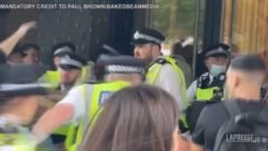 Londra, manifestanti no-vax tentano di assaltare studi della Bbc