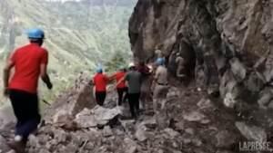 India: frana travolge autostrada nel distretto di Kinnauj, diversi veicoli sepolti