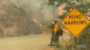 California, vigili del fuoco impegnati a spegnere il Dixie e il Monument Fire