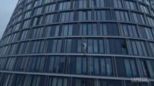 Londra: giovane free climber scala un altro grattacielo senza protezioni