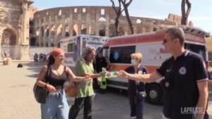 Caldo record a Roma, la Protezione civile distribuisce acqua ai turisti del Colosseo