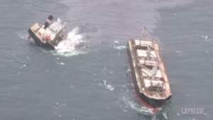 Giappone, nave si spezza in due: il petrolio si riversa in mare