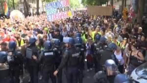 Proteste contro Green pass, migliaia in piazza a Parigi