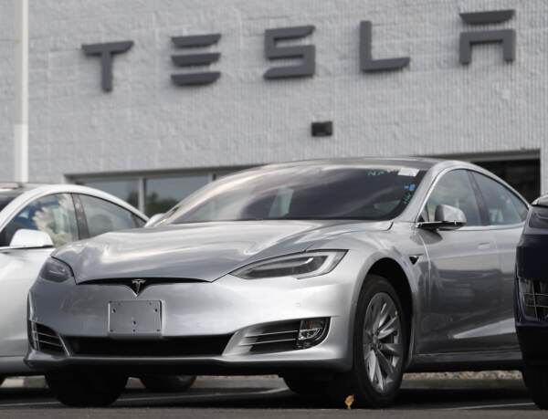 Nuovi guai per Tesla negli Usa: al via indagine su pilota automatico