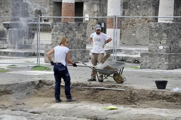 Pompei, scoperta tomba con decori mai visti e resti umani mummificati