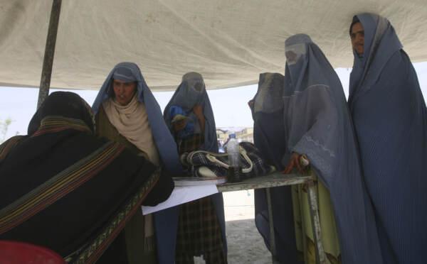 Afghanistan, allarme ong: Talebani casa per casa, donne rischiano vita