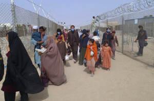 Afghanistan, centinaia di persone giunte al confine con il Pakistan