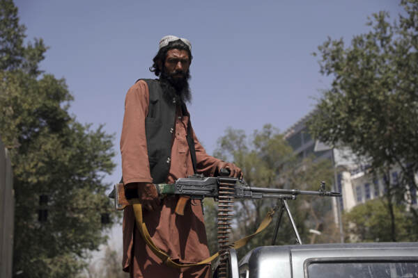 Afghanistan, talebani sorvegliano l'ingresso del palazzo presidenziale a kabul