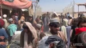 Afghanistan, migliaia provano a lasciare il Paese attraverso il confine col Pakistan