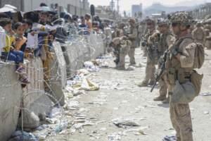 U.S. Air Force, afghani evacuati a bordo di un aereo militare dall'aeroporto di Kabul