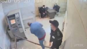 Pugni, calci e schiaffi: in un video rubato le violenze nelle carceri iraniane