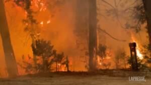 Usa, continua a bruciare il nordest della California: le drammatiche immagini