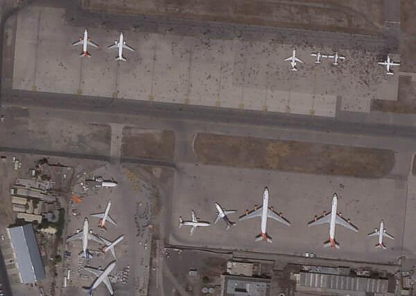 Afghanistan, caos all'aeroporto di Kabul: folla sulla pista tenta disperatamente la fuga dal paese